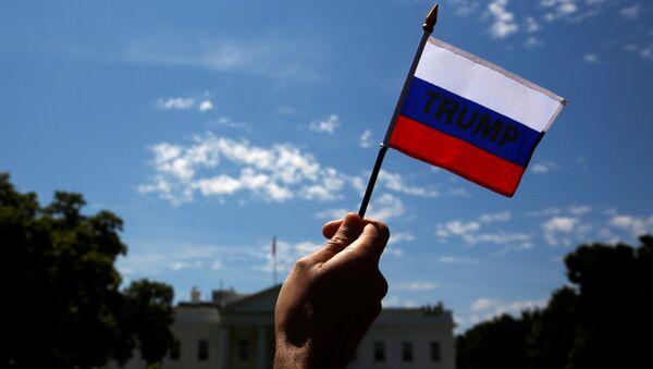 La bandera de Rusia con la palabra Trump - Sputnik Mundo