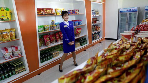 Una tienda de comestibles en Pyongyang, Corea del Norte - Sputnik Mundo