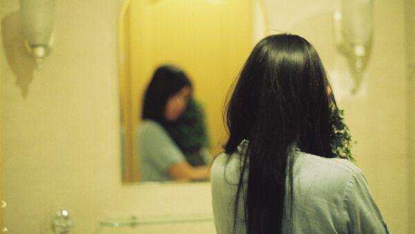 Mujer con el espejo (archivo) - Sputnik Mundo