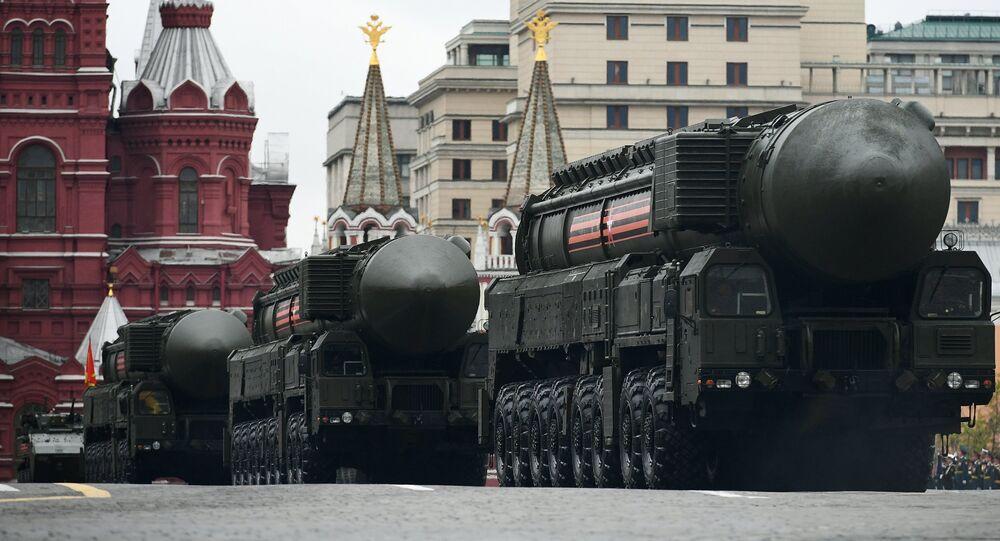 El complejo de misiles Yars en el desfile militar en la Plaza Roja de Moscú, Rusia