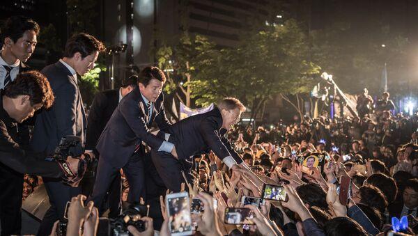 Moon Jae-in saluda a sus votantes rodado por guardaespaldas - Sputnik Mundo