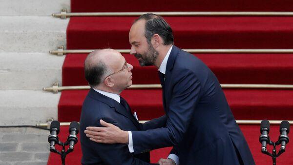 Bernard Cazeneuve, ex primer ministro francés, y Edouard Philippe, nuevo primer ministro de Francia - Sputnik Mundo