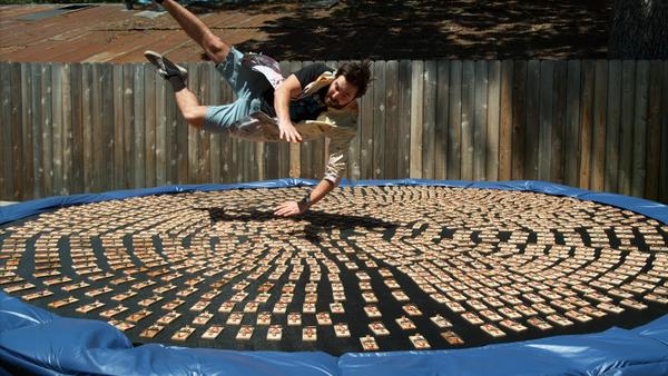 Videobloguero salta sobre 1.000 ratoneras - Sputnik Mundo