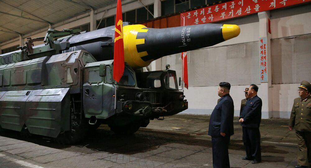 Kim Jong-un, líder norcoreano, inspecciona el misil balístico Hwasong-12