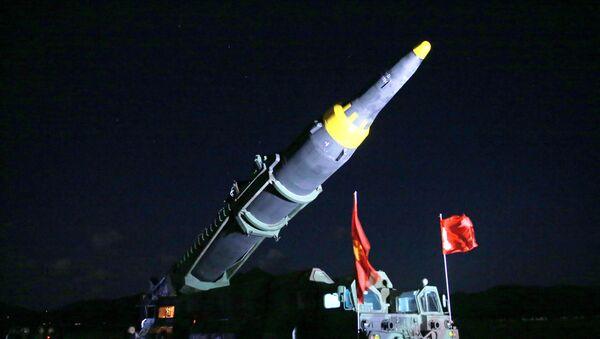 El misil balístico norcoreano Hwasong-12 - Sputnik Mundo
