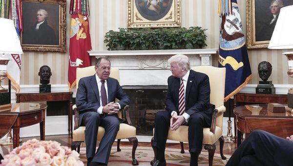 El canciller ruso, Serguéi Lavrov, y el presidente de EEUU, Donald Trump - Sputnik Mundo