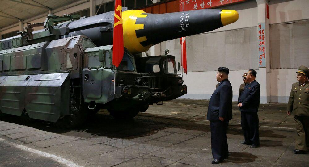 Kim Jong-un inspecciona el misile balístico estratégico Hwasong-12