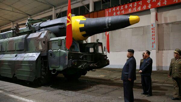Kim Jong-un inspecciona el misile balístico estratégico Hwasong-12 - Sputnik Mundo