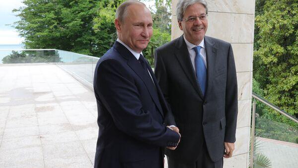 Vladímir Putin, presidente de Rusia, y Paolo Gentiloni, primer ministro de Italia - Sputnik Mundo