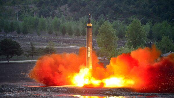 El cohete balístico estratégico de largo alcance Hwasong-12 siendo lanzado durante una prueba - Sputnik Mundo