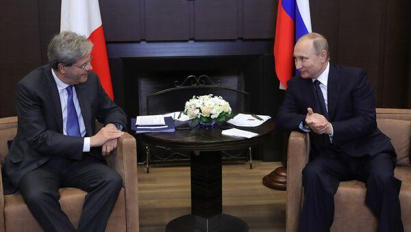 Paolo Gentiloni, primer ministro de Italia, y Vladímir Putin, presidente de Rusia - Sputnik Mundo