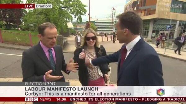 Presentador de BBC le toca el pecho a una mujer en vivo - Sputnik Mundo