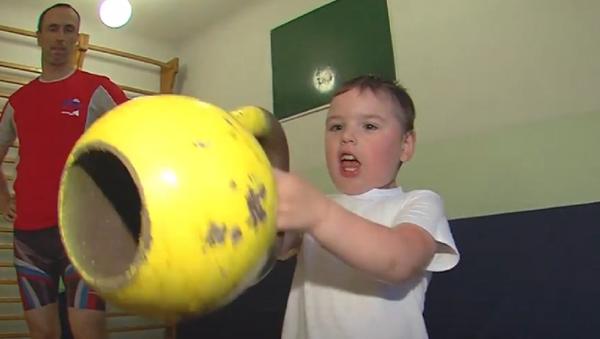 Un niño de 4 años levantando pesas - Sputnik Mundo