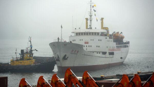 El primer ferri de Corea del Norte arribando al puerto de Vladivostok - Sputnik Mundo