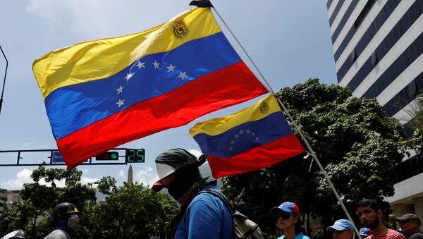 La oposición venezolana con las banderas del país - Sputnik Mundo