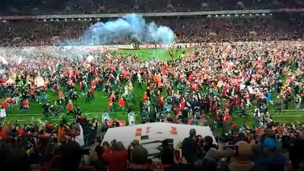 Hinchas del Spartak invaden el campo para celebrar la victoria en la Liga Premier de Rusia - Sputnik Mundo