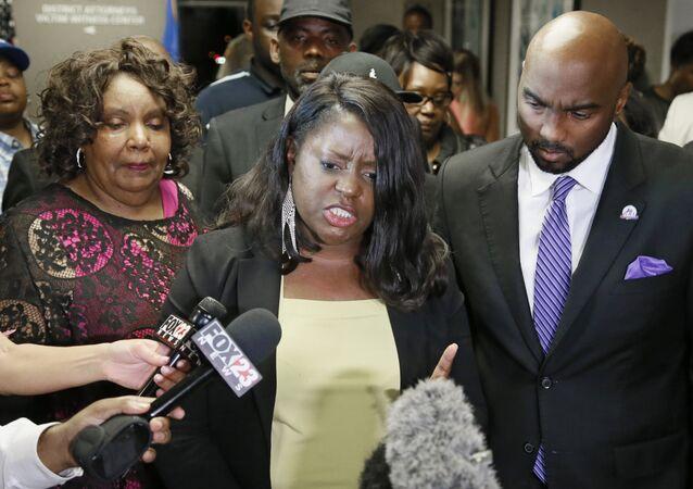 Tiffany Crutcher, hermana de Terence Crutcher, habla con los medios tras el veredicto a la agente de policía Betty Jo Shelby en Tulsa, Oklahoma