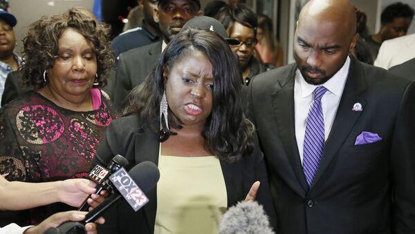 Tiffany Crutcher, hermana de Terence Crutcher, habla con los medios tras el veredicto a la agente de policía Betty Jo Shelby en Tulsa, Oklahoma - Sputnik Mundo