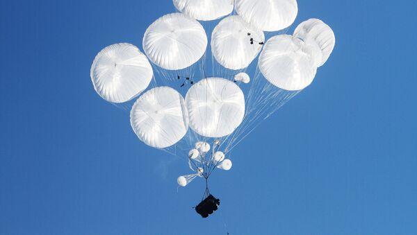 Un vehículo blindado BMD lanzado en paracaídas (archivo) - Sputnik Mundo