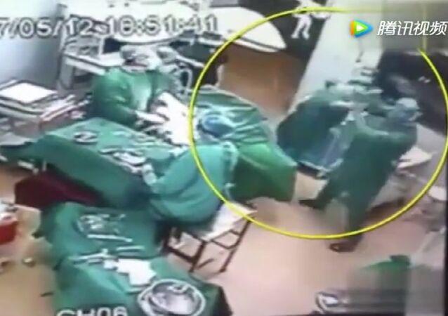 La peor pesadilla de un paciente: cirujanos chinos se pelean durante una operación