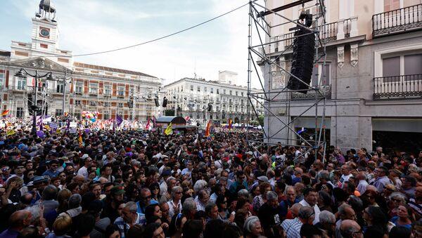 Manifestación en apoyo a la moción de Podemos contra Rajoy - Sputnik Mundo