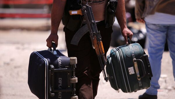 Un combatiente con maletas en Siria (archivo) - Sputnik Mundo