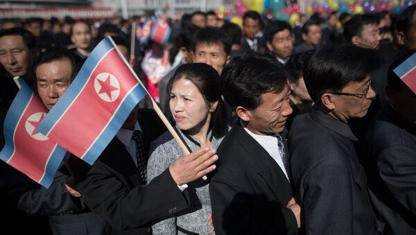 Los ciudadanos de Pyongyang con la bandera de Corea del Norte - Sputnik Mundo