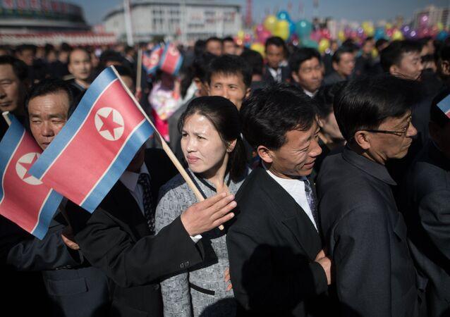 Ciudadanos de Pyongyang con la bandera de Corea del Norte