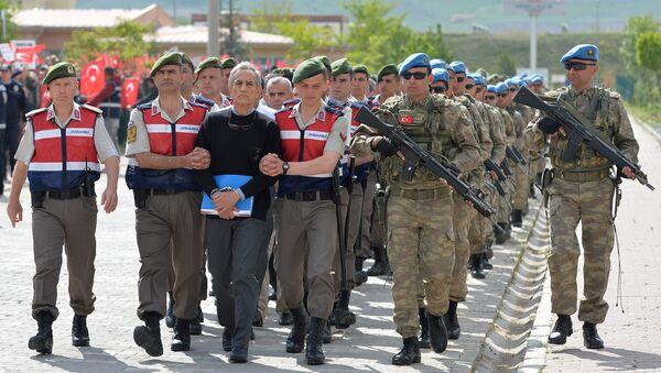 Akin Ozturk, ex comandor de Fuerza Aérea de Turquía, escoltado a la Corte para el juicio - Sputnik Mundo
