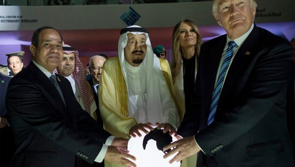 El presidente estadounidense Donald Trump, el rey saudí Salmán y el mandatario egipcio Abdulfatah al Sisi tocan una bola brillante en la capital de Arabia Saudí, Riad. - Sputnik Mundo