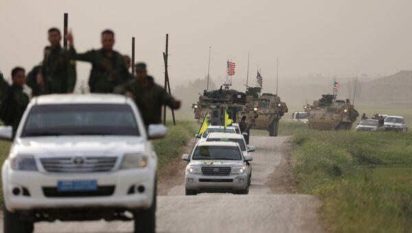 Fuerzas de autodefensa kurdas a bordo de un convoy de vehículos estadounidenses - Sputnik Mundo