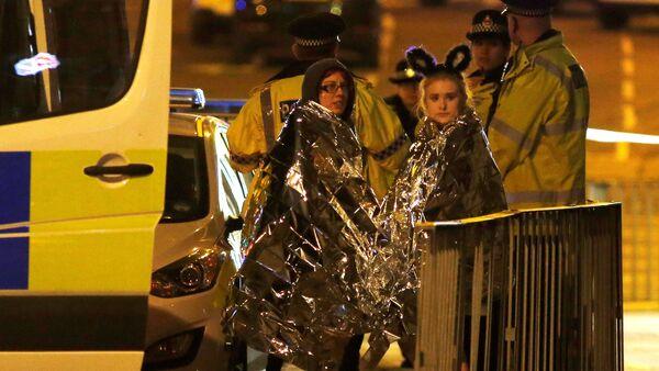 Fanáticas de Ariana Grande, después del atentado en Mánchester, Reino Unido - Sputnik Mundo