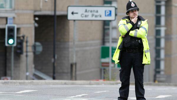 Policía británico cerca del cordón que rodea Manchester Arena (archivo) - Sputnik Mundo