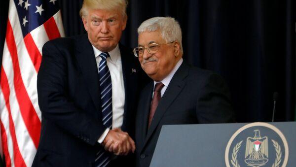 El presidente de EEUU, Donald Trump, con su homólogo palestino, Mahmud Abás  (archivo) - Sputnik Mundo