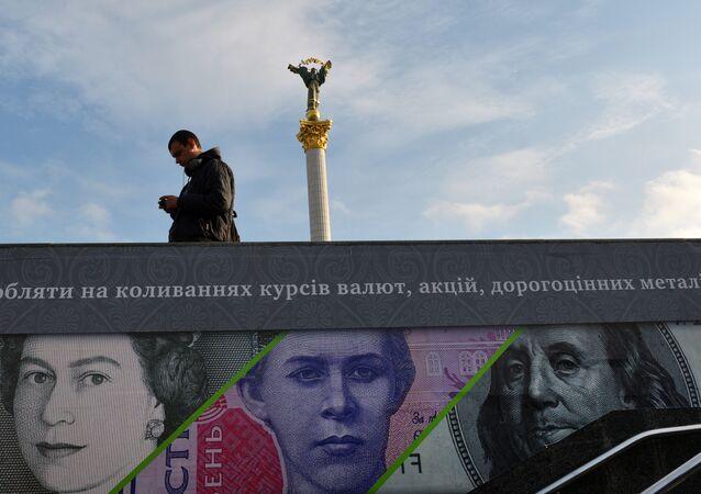 Cartel publicitario que muestra libras esterlinas, dólares de EEUU y grivnas de Ucrania en la capital de Ucrania Kiev
