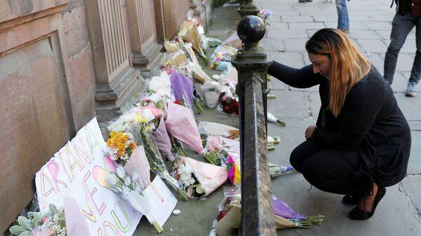 Flores en memoria de las víctimas del atentado de Mánchester (archivo) - Sputnik Mundo