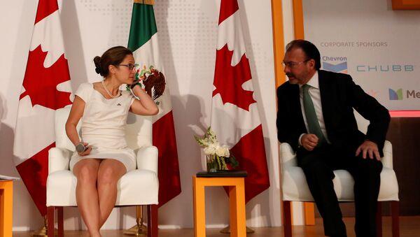 Chrystia Freeland, ministra de Asuntos Exteriores de Canadá, y Luis Videgaray, canciller de México - Sputnik Mundo