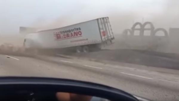 Impactante accidente de un camión sin frenos en México - Sputnik Mundo