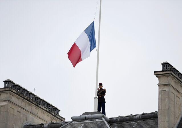 La bandera de Francia izada a media asta