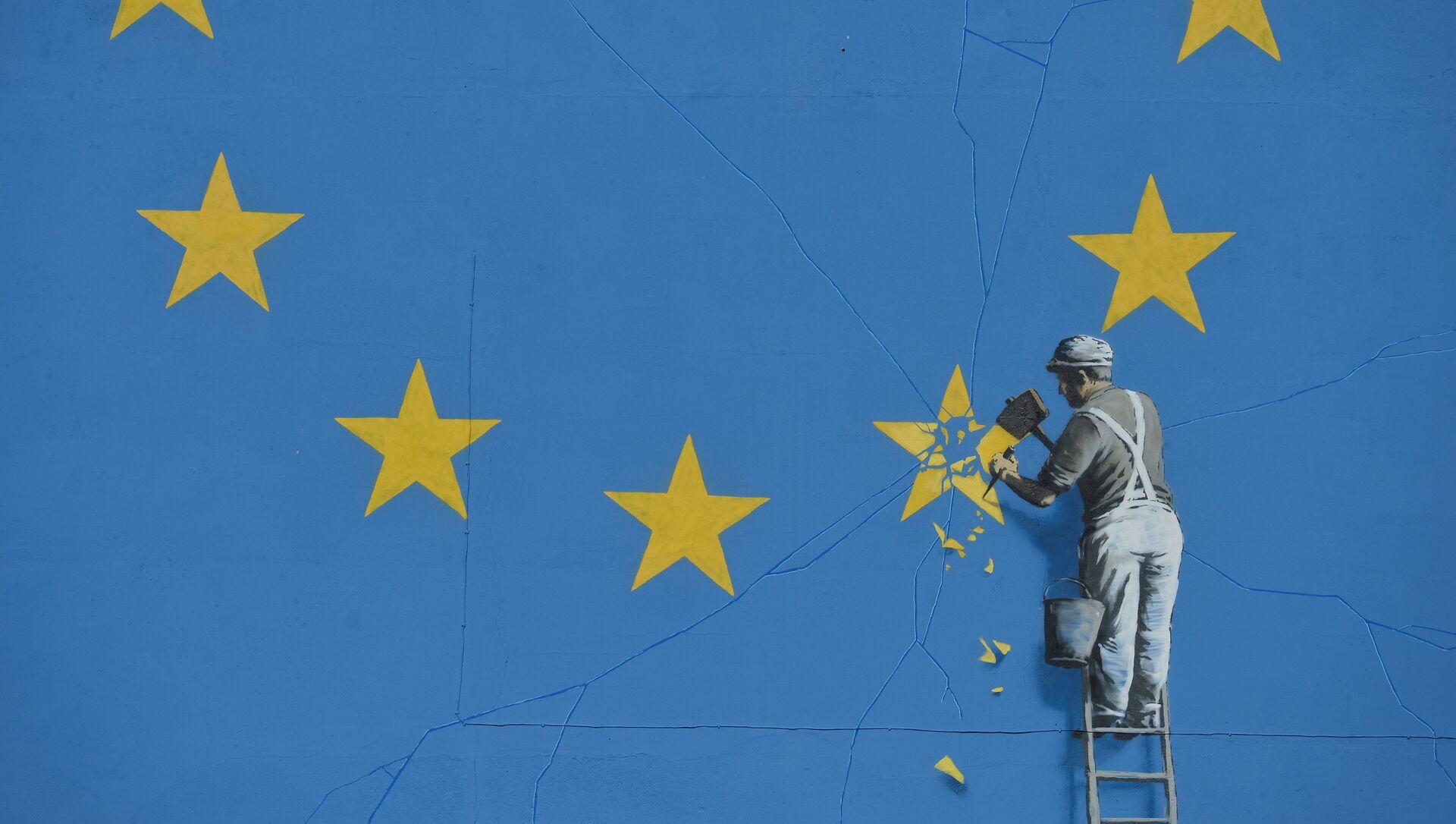 Graffiti de Banksy con la bandera rota de la UE - Sputnik Mundo, 1920, 18.11.2020