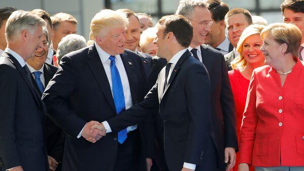 Emmanuel Macron, presidente de Francia, y su homólogo estadounidense, Donald Trump - Sputnik Mundo