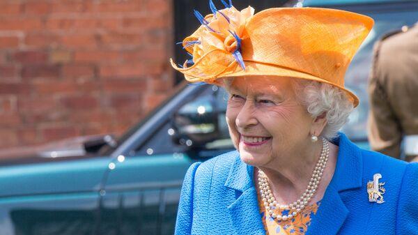 La reina Isabel II llega al hospital donde se encuentran las víctimas del atentado en Mánchester - Sputnik Mundo