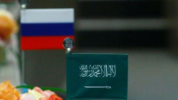 Las banderas de Rusia y Arabia Saudí - Sputnik Mundo
