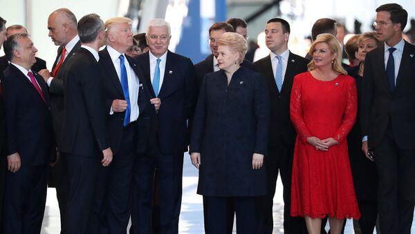 Donald Trump ajusta su chaqueta después de empujar al primer ministro de Montenegro Dusko Markovic - Sputnik Mundo