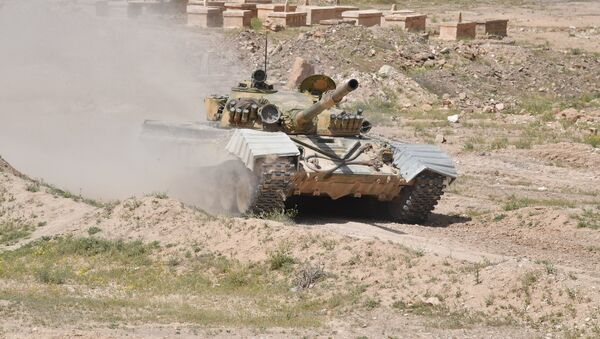 Un tanque T-72 del Ejército de Siria en la provincia de Deir Ezzor - Sputnik Mundo