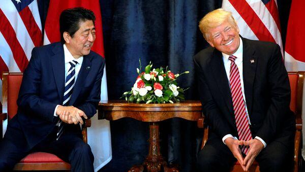 Donald Trump, presidente de EEUU, y su homólogo japonés, Shinzo Abe - Sputnik Mundo