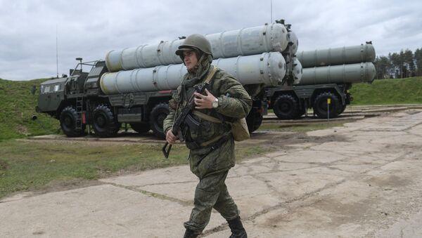 Un militar ruso junto al sistema S-400 - Sputnik Mundo