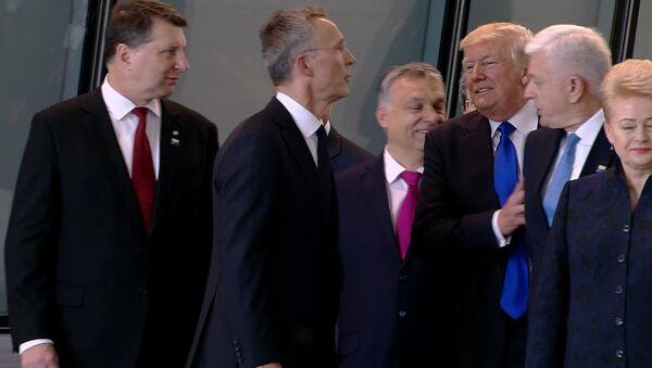 Donald Trump empuja al primer ministro de Montenegro Dusko Markovic - Sputnik Mundo