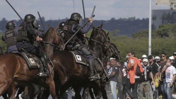 Policía de Brasil durante las protestas - Sputnik Mundo