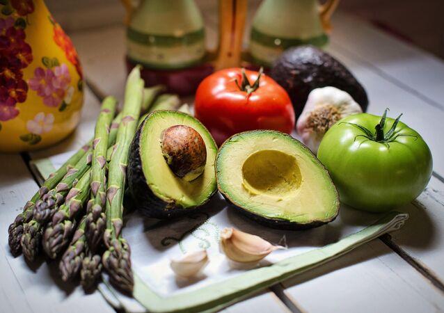 Un aguacate y otras verduras (imagen referencial)
